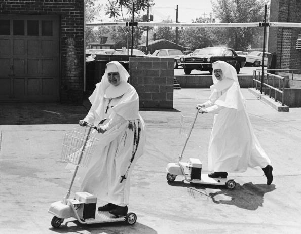 Accessibility「Nuns On Scooters」:写真・画像(2)[壁紙.com]