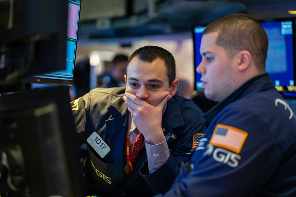 Trader「Stocks Drop Sharply Across World Markets Due To Fears Over Spreading Of Coronavirus And Dim Economic Reports」:写真・画像(14)[壁紙.com]