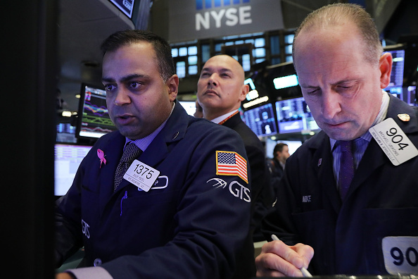 Trader「U.S. Markets Plunge 450 Points One Day After Steep Downturn Led By Tech Stocks」:写真・画像(6)[壁紙.com]
