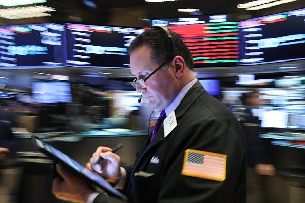 Trader「Dow Jones Industrial Average Drops Over 400 Points」:写真・画像(0)[壁紙.com]