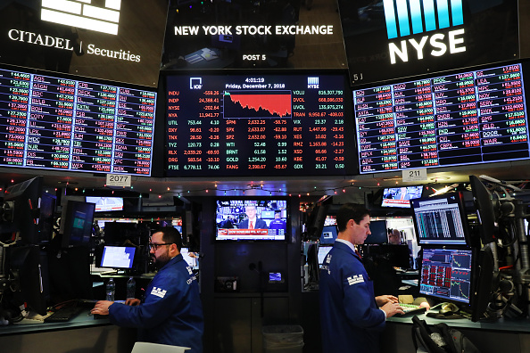 Trader「Stocks Dive Over 500 Points Over Continued Fears Of Trade War」:写真・画像(2)[壁紙.com]