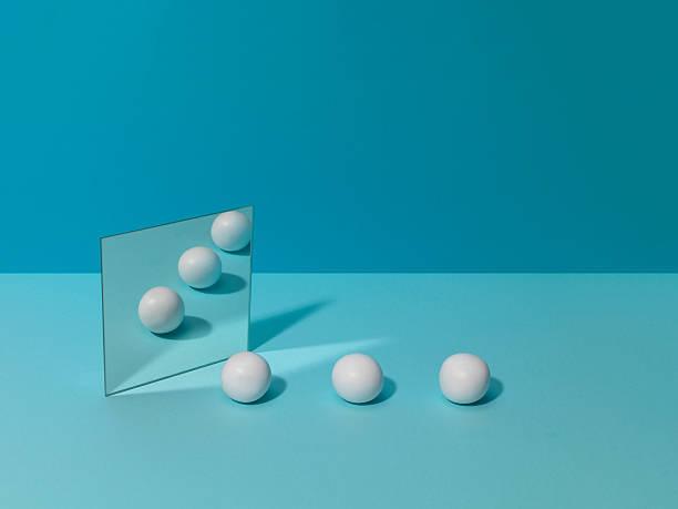 White Balls and Mirror:スマホ壁紙(壁紙.com)