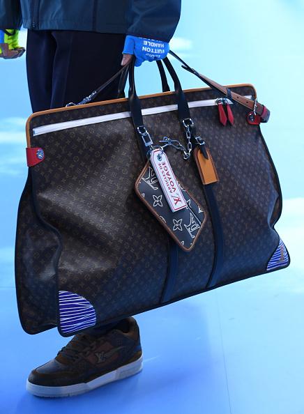 Louis Vuitton Purse「Louis Vuitton : Runway - Paris Fashion Week - Menswear F/W 2020-2021」:写真・画像(9)[壁紙.com]