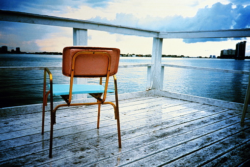 Jetty「Chair on wooden jetty, city in background.」:スマホ壁紙(19)