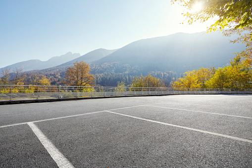 秋「Empty parking area with distant hills on sunny day」:スマホ壁紙(2)