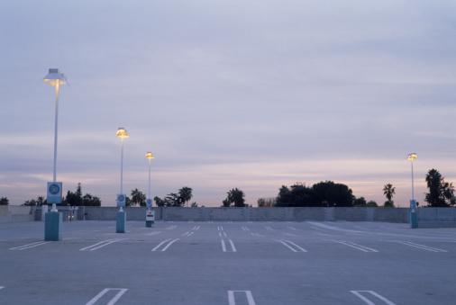 Road Marking「Empty Parking Lot at Dusk」:スマホ壁紙(18)