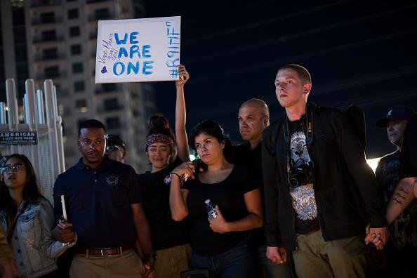 Drew Angerer「Mass Shooting At Mandalay Bay In Las Vegas Leaves At Least 50 Dead」:写真・画像(8)[壁紙.com]