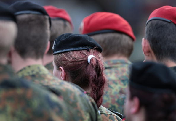 Females「Farewell Ceremony For German Soldiers Leaving For Afghanistan」:写真・画像(2)[壁紙.com]