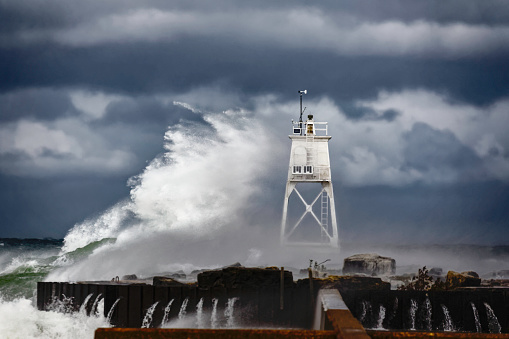 Great Lakes「Grand Marais Light and storm driven waves of Lake Superior crashing, Grand Marais, Michigan, USA」:スマホ壁紙(6)