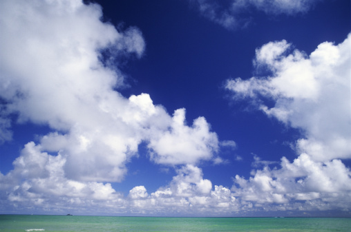 青「Puffy white clouds in blue sky over turquoise ocean.」:スマホ壁紙(16)