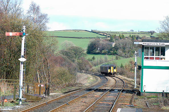 Heart「The Peak District is served by trains on the Buxton - Manchester route which continue to the seaside at Blackpool North. A Buxton - Blackpool North service drifts into Whaley Bridge in the heart of the Peak District. April 2004.」:写真・画像(12)[壁紙.com]
