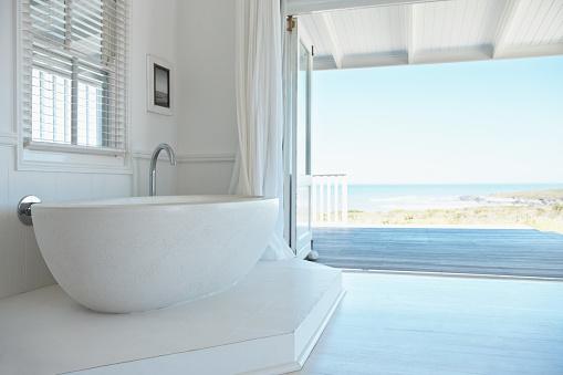 リゾート地「ホワイトのバスタブを備えた、オープンバスルーム」:スマホ壁紙(9)