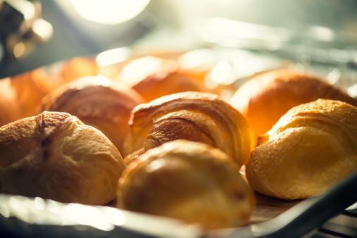 パン「クロワッサン、オーブンで焼く」:スマホ壁紙(16)