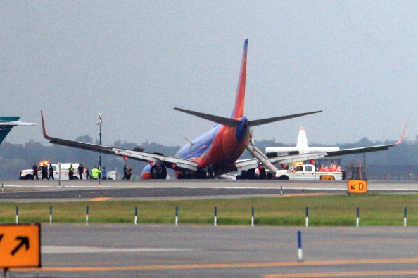 Landing - Touching Down「Southwest Flight Lands With Nose On Runway After Front Landing Gear Fails」:写真・画像(10)[壁紙.com]