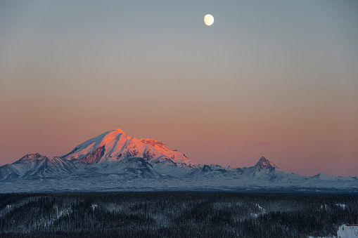 月「Sun Sets on Mount Drum in Wrangell-St. Elias National Park, Alaska」:スマホ壁紙(4)