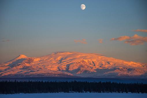 月「Sun Sets on Mount Wrangell in Wrangell-Saint Elias National Park, Alaska」:スマホ壁紙(17)
