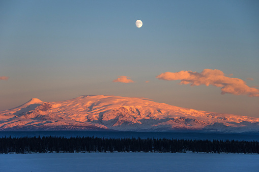 月「Sun Sets on Mount Wrangell in Wrangell-Saint Elias National Park, Alaska」:スマホ壁紙(5)