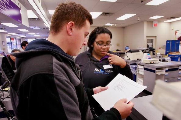 Resume「Job Seekers Take Advantage Of Free Resume Printing Offer」:写真・画像(3)[壁紙.com]