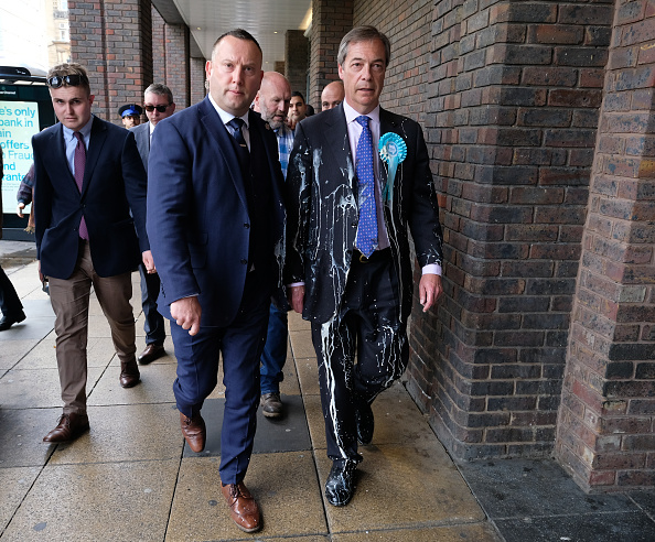 Throwing「Nigel Farage Undertakes A Whistle-Stop Tour Of England」:写真・画像(16)[壁紙.com]