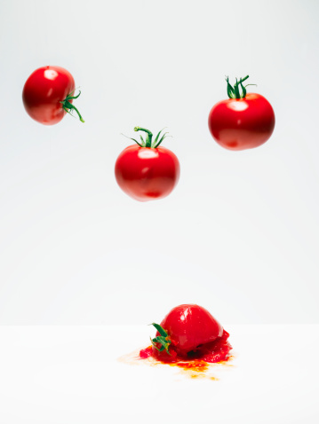 Destruction「Cherry tomatoes on white in suspension.」:スマホ壁紙(0)