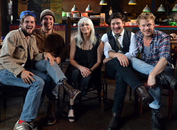 Staring「CMT Crossroads With Mumford & Sons And Emmylou Harris」:写真・画像(17)[壁紙.com]