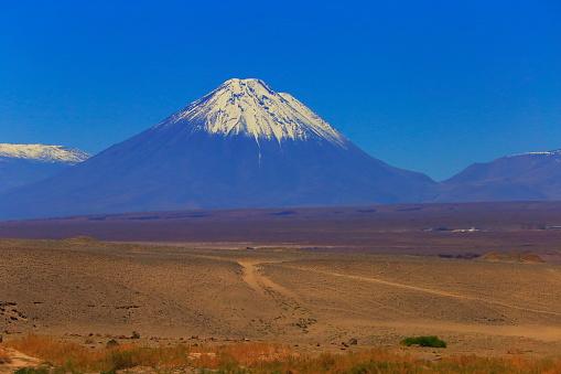 Bolivian Andes「Crossroads: Dirt roads to Snowcapped Licancabur volcano, Atacama Desert –  Chile」:スマホ壁紙(17)