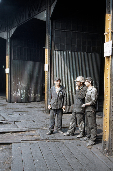 Mechanic「Steam locomotive fitters engaged in conversation at Klodzko motive power depot in July 1983.」:写真・画像(3)[壁紙.com]