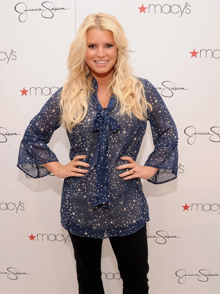 Jessica Simpson「Jessica And Ashlee Simpson Visit Macy's South Coast Plaza」:写真・画像(17)[壁紙.com]