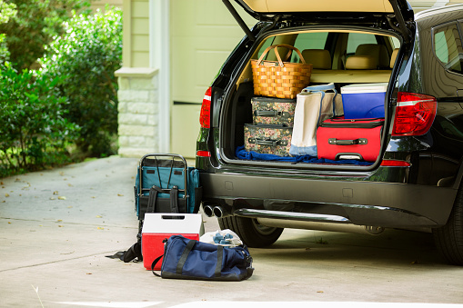 Full「Family vehicle packed, ready for road trip, vacation outside home.」:スマホ壁紙(6)