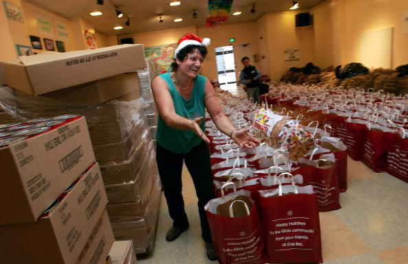 Loaf of Bread「Volunteers Fill Grocery Bags For The Needy」:写真・画像(16)[壁紙.com]