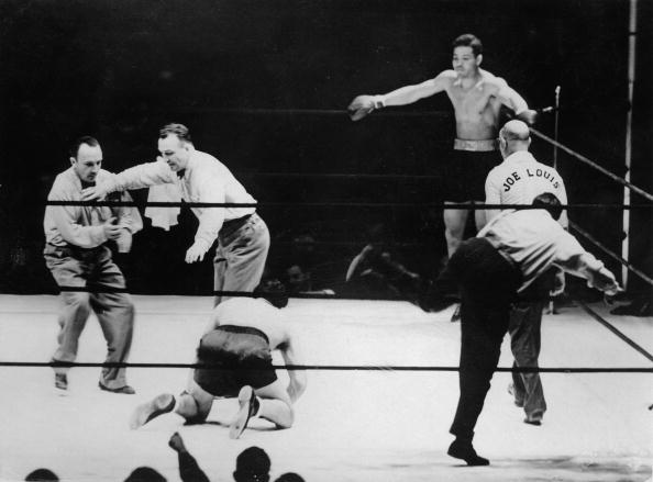 Boxer Joe Louis「The referee is counting the seconds at the heavy weight boxing match for the title of the world champion between Joe Louis (in the corner) and Max Schmeling (on his knees), New York Yankee Stadium, Photograph, June 30th 1938」:写真・画像(3)[壁紙.com]