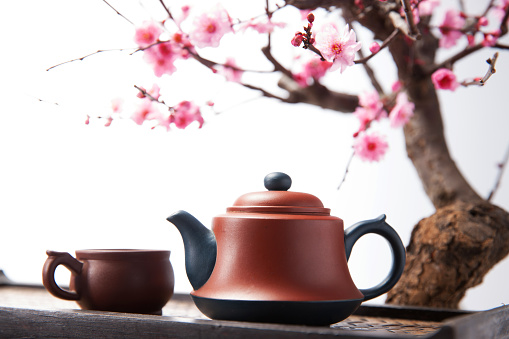 梅の花「The teapot and plum blossom」:スマホ壁紙(10)