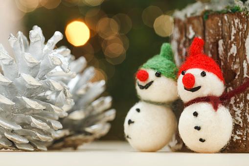 雪だるま「Snowmen figurines and pine cones」:スマホ壁紙(12)