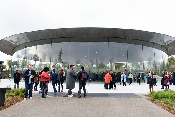 Apple Park「Apple Holds Product Launch Event In Cupertino」:写真・画像(18)[壁紙.com]