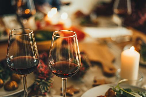 December「Red wine at the Christmas dinner table」:スマホ壁紙(10)
