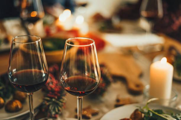 Red wine at the Christmas dinner table:スマホ壁紙(壁紙.com)