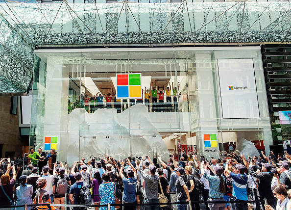 Microsoft「Crowds Queue For Opening Of Australia's First Microsoft Store」:写真・画像(10)[壁紙.com]
