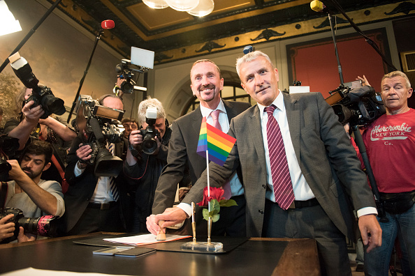 Steffi Loos「Gay Couples Wed Following New Law」:写真・画像(8)[壁紙.com]