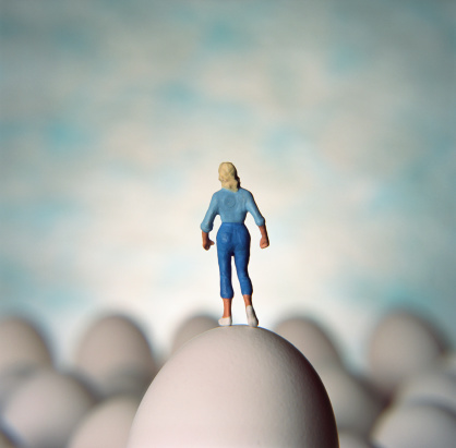 小さな像「Figurine of woman standing on egg」:スマホ壁紙(16)