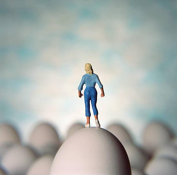 Figurine of woman standing on egg:スマホ壁紙(壁紙.com)