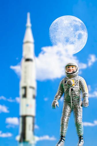 デジタル合成「Figurine of astronaut with rocket in background」:スマホ壁紙(16)