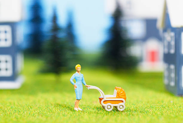 Figurine of woman with baby carriage:スマホ壁紙(壁紙.com)