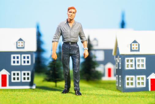Figurine「Figurine of man standing between toy houses, studio shot」:スマホ壁紙(17)
