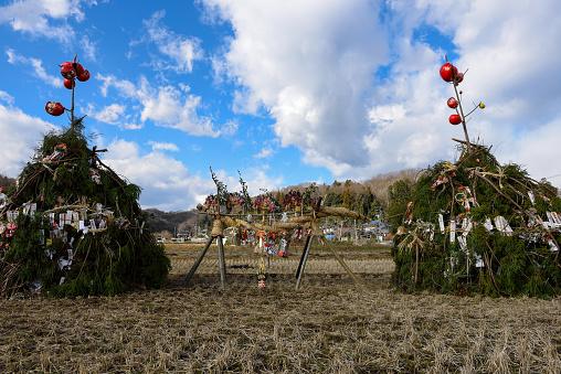 お正月「Dondoyaki(burning of New Years decoration)」:スマホ壁紙(1)