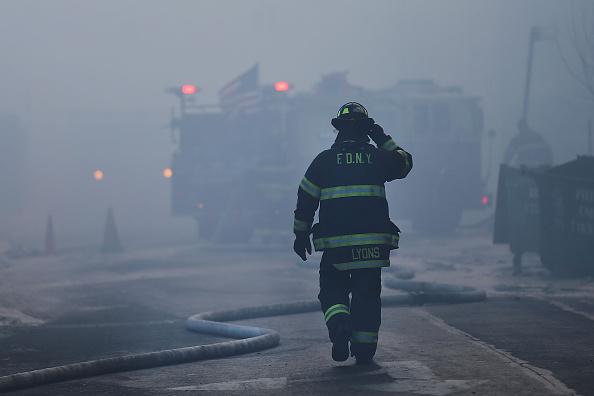Firefighter「Six-Alarm Fire Rages On Brooklyn's Waterfront」:写真・画像(10)[壁紙.com]