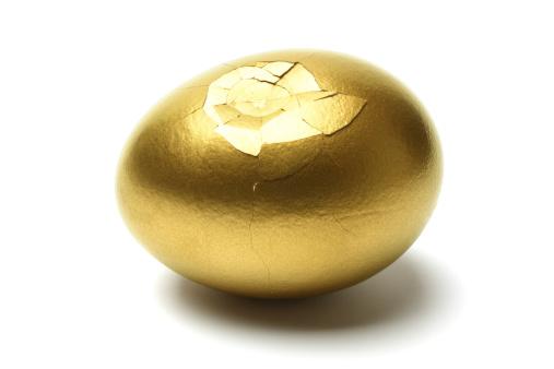 Animal Egg「Cracked Golden Egg on White Background」:スマホ壁紙(11)