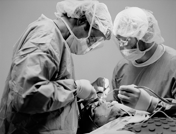 Surgical Glove「USA, Los Angeles, Dr Gregory Mueller operating on patient (B&W)」:写真・画像(6)[壁紙.com]