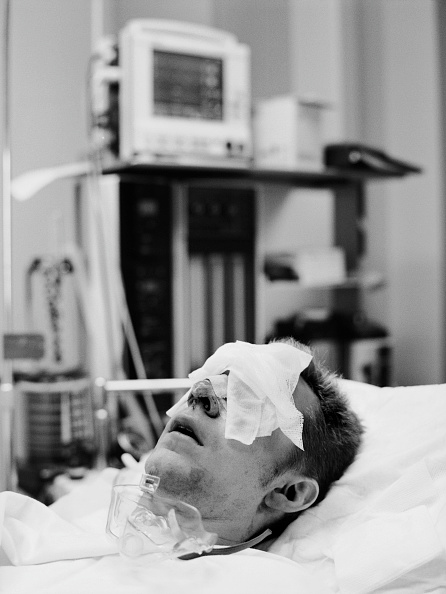 Focus On Foreground「USA, Los Angeles, post operative patient covered in bandages (B&W)」:写真・画像(12)[壁紙.com]