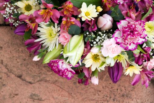 カーネーション「ミックス花のコーナーにストーン」:スマホ壁紙(2)