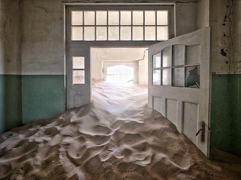 Namibia「Namibia Ghost Town Abandoned Hospital Corridor Full of Sand」:スマホ壁紙(19)